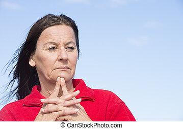 mujer, preocupado, frente, medio, arrugado, viejo