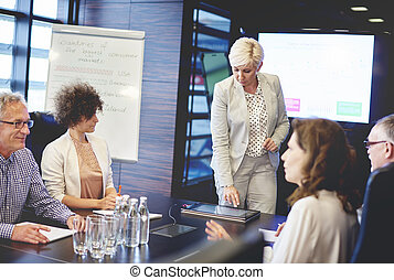 mujer, presentación, maduro, tableta, digital
