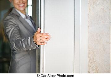 mujer, puerta, empresa / negocio, elevador, mano, Primer...