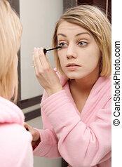 mujer que aplica rímel, en, eyelashes., foco selectivo