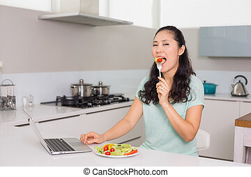 mujer que come, ensalada, computador portatil, joven, cocina