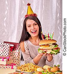 mujer que come, hamburguesa, en, birthday.