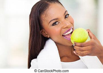 mujer que come, manzana, africano
