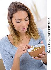mujer que come, muselina, joven, escamas, cereal