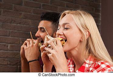 mujer que come, sentado, alimento, joven, rápido, hamburguesas, tabla, café, de madera, hombre