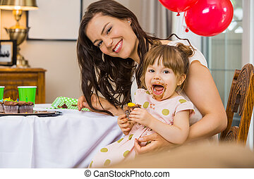 mujer que come, torta de cumpleaños, hija, feliz