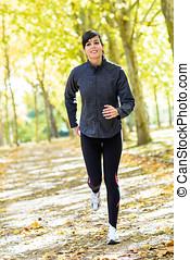 mujer que corre, alegre, exterior