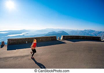mujer que corre, en, el, camino de la montaña
