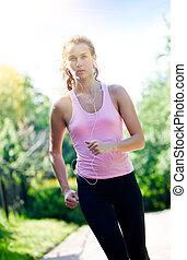 mujer que corre, en el parque