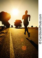 mujer que corre, en, ocaso