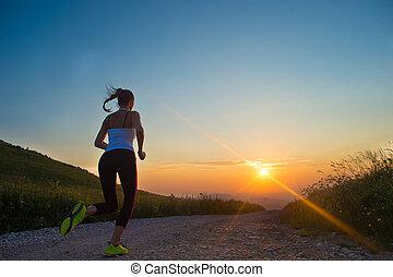 mujer que corre, en, un, camino de la montaña, en, verano, ocaso