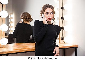 mujer que habla teléfono