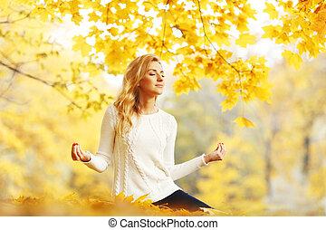 mujer que medita, en, otoño, parque