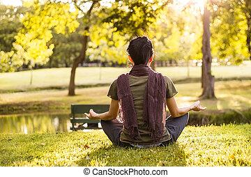 mujer que medita, en, verano, parque