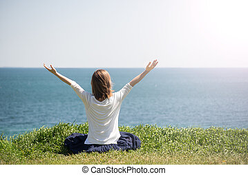 mujer que medita, mar