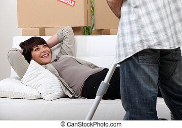 mujer, reclinación encendido, sofá