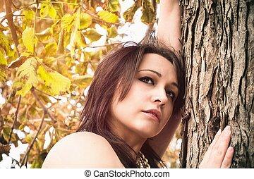 mujer, reclinado, un, tronco de árbol