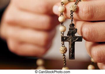 mujer rezar, con, rosario, a, dios
