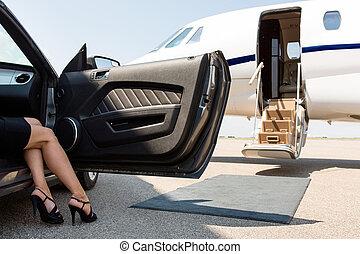 mujer rica, dar paso fuera, de, coche, en, terminal