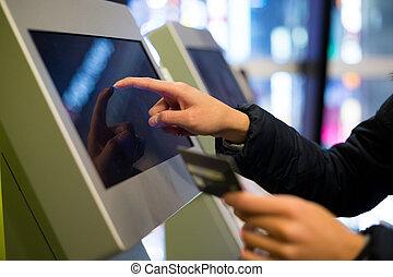 mujer, rotulado, cine, paga, terminal, credito, utilizar, ...