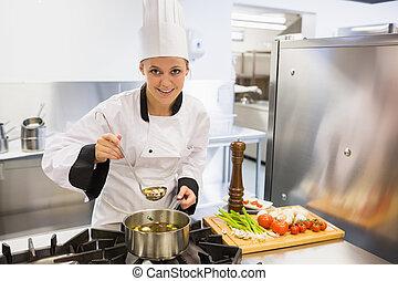 mujer, saboreo, sopa, mientras, cocina