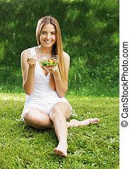 mujer sana, comida, ensalada