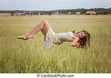 mujer sana, flotar, en, naturaleza, pradera