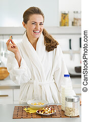 mujer, sano, albornoz, joven, desayuno, teniendo, feliz
