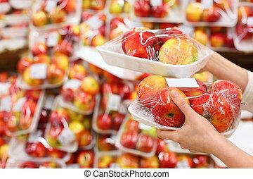 mujer, sano, superficial, store;, chooses, campo, profundidad, sabroso, manzanas, manos, niña, asimiento, food;, empacado