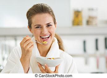 mujer, sano, teniendo, albornoz, joven, desayuno, sonriente