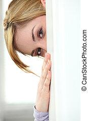mujer, se esconder atrás, pared