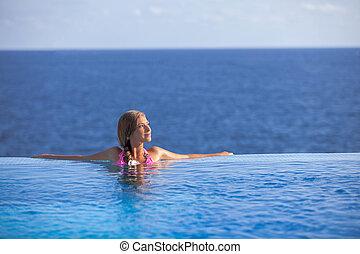 mujer se relajar, en, infinito, piscina, en, verano