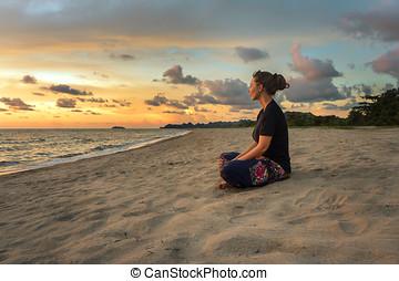 mujer se relajar, en, playa, en, ocaso