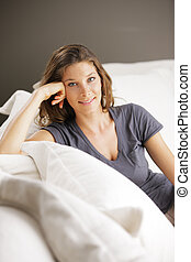 mujer se relajar, en, sofá