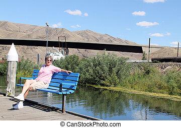 mujer se relajar, en, un, banco