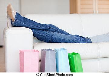 mujer se relajar, sofá, después, compras, viaje