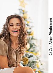 mujer se sentar, árbol, joven, frente, retrato, sonriente, ...