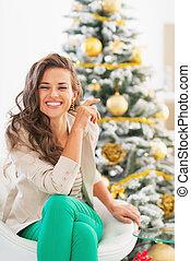 mujer se sentar, árbol, joven, retrato, navidad, feliz