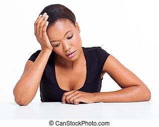 mujer se sentar, africano, triste, norteamericano, escritorio