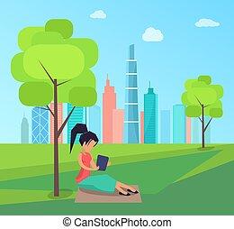 mujer se sentar, debajo, árbol, y, libro de lectura, en el estacionamiento