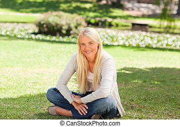 mujer se sentar, en el parque