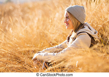 mujer se sentar, en, otoño, pasto o césped