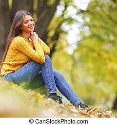mujer se sentar, en, otoño sale