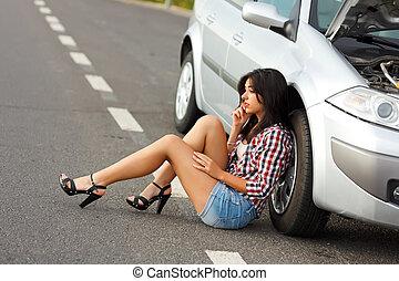 mujer se sentar, en, suelo, cerca, roto, coche