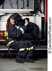 mujer se sentar, fuego, bombero, joven, perro, camión, plano...