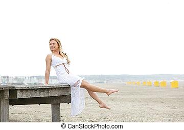 mujer se sentar, playa, joven, vestido blanco