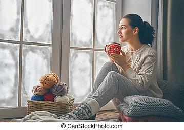 mujer se sentar, por la ventana