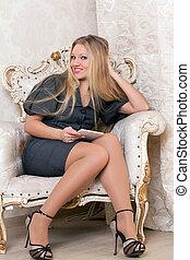 mujer se sentar, sillón