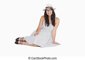mujer se sentar, sobre el piso, llevando gafas