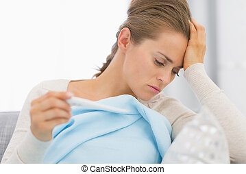 mujer se sentar, sofá, enfermo, el mirar joven, termómetro, ...